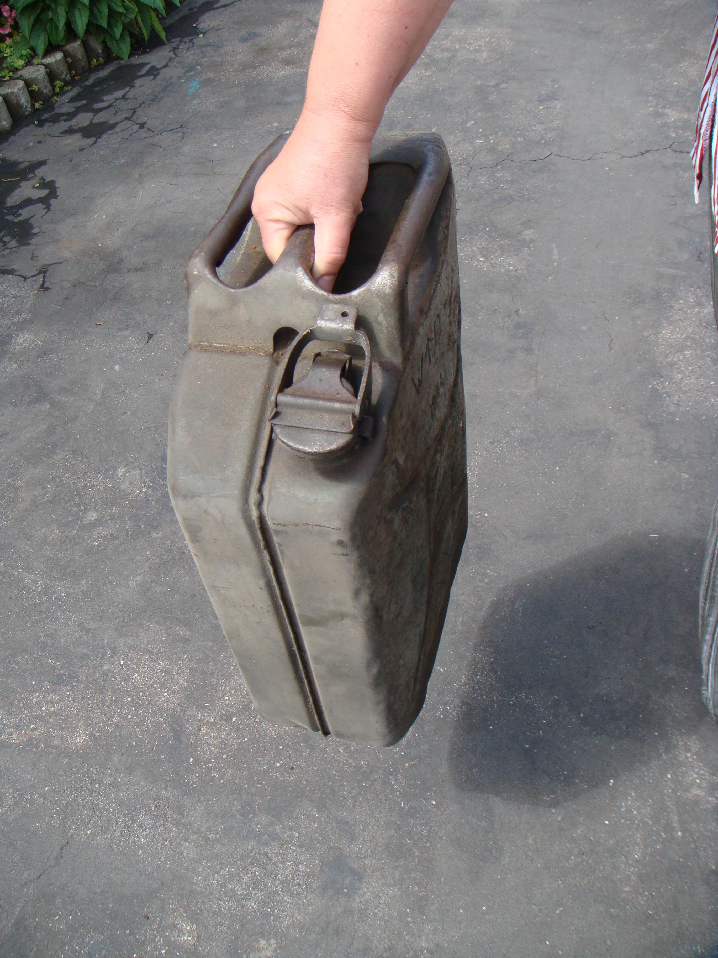 Image from https://en.wikipedia.org/wiki/Jerrycan
